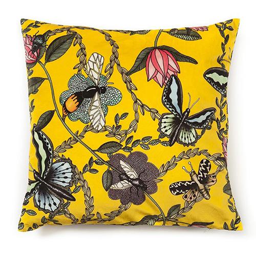 gul sammets kudde med fjärilar och skalbaggar